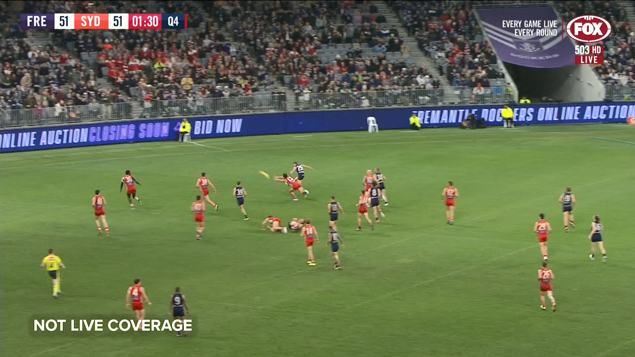 A behind from Ed Langdon in the final minutes gives Fremantle a thrilling win over the Sydney Swans