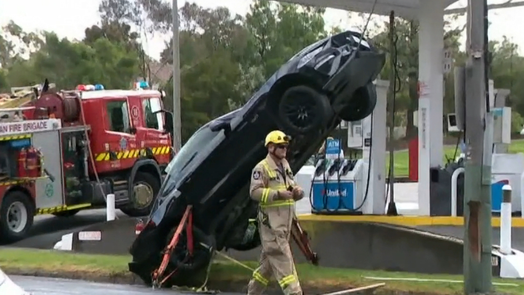 Mustang crashed on a power cable in Kew