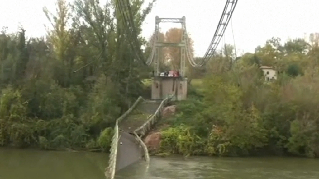 Bridge collapses in southern France