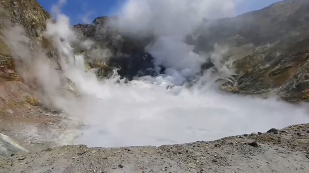 Dramatic footage of White Island volcano moments before eruption