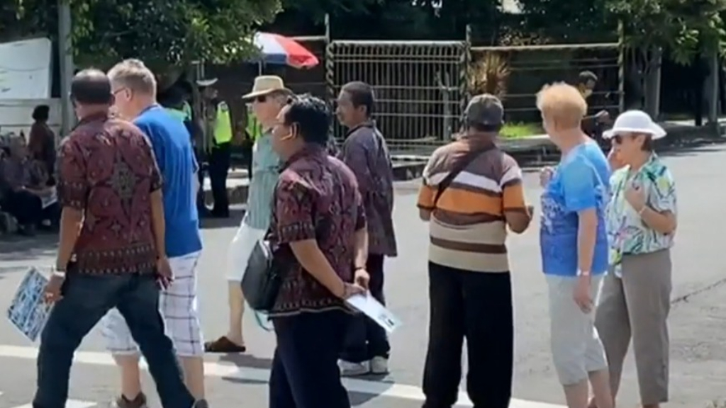 Coronavirus: Hundreds allowed to enter Bali despite warnings