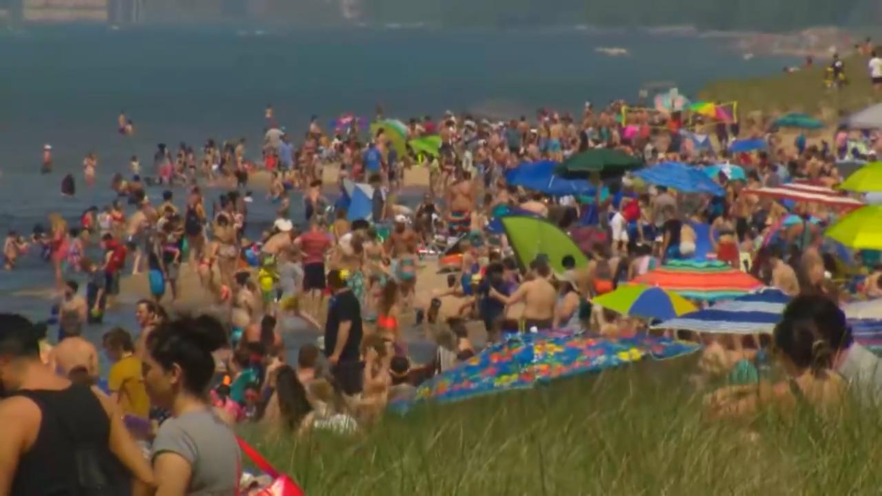 Coronavirus: Memorial Day weekend draws crowds and triggers warnings