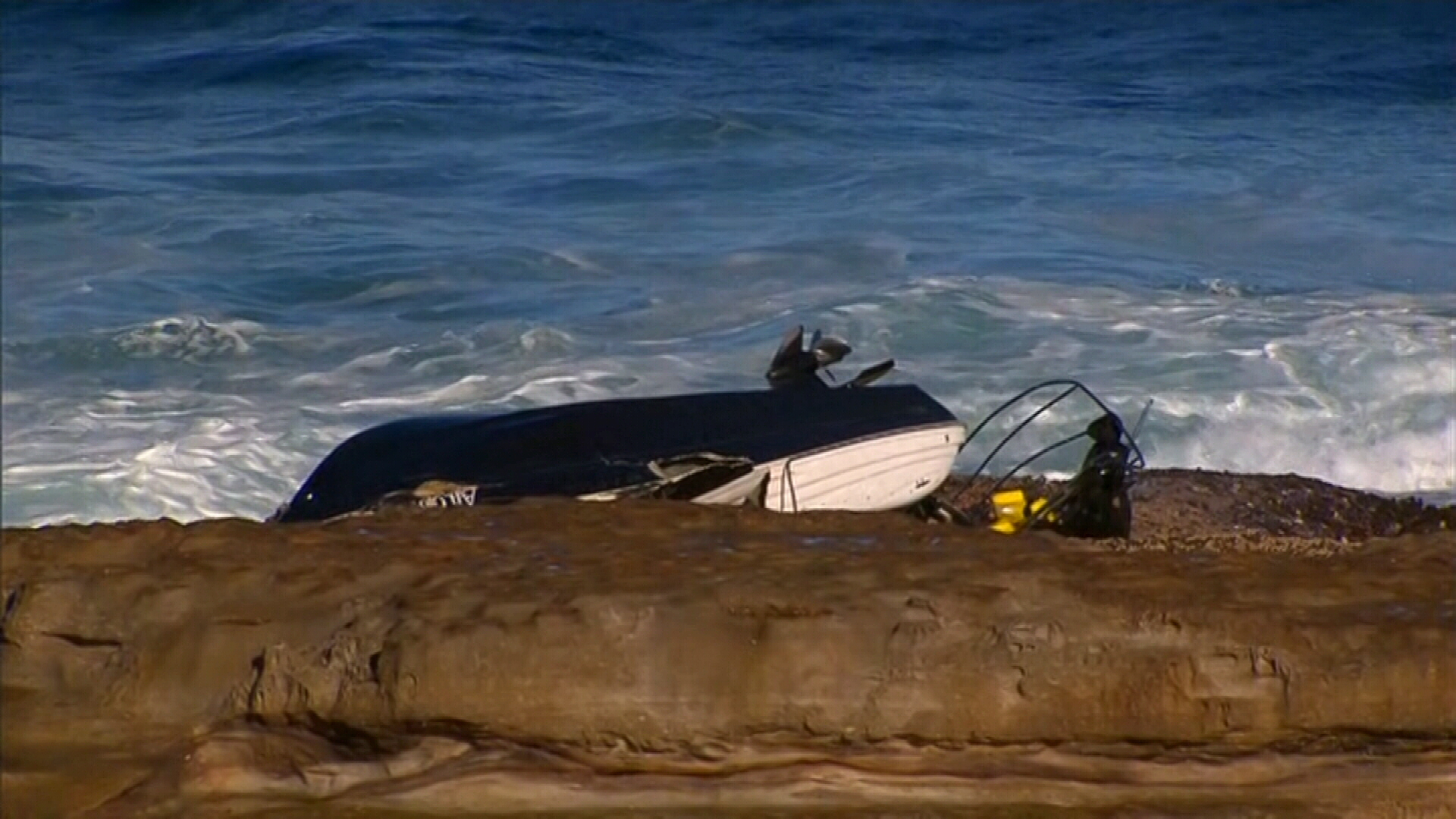 Boat smashes onto rocks in Botany Bay
