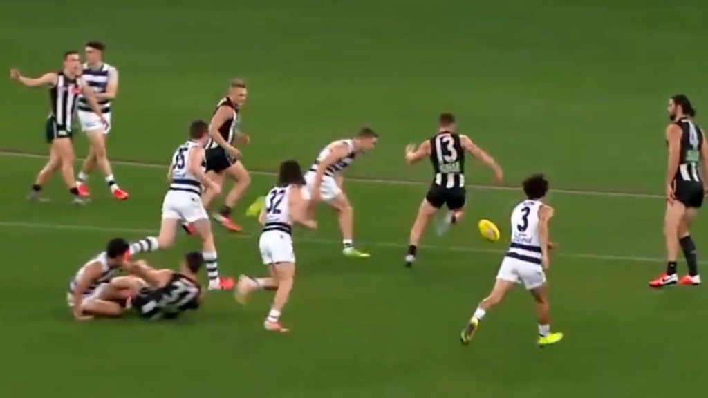 Joel Selwood appears to injure his hamstring.