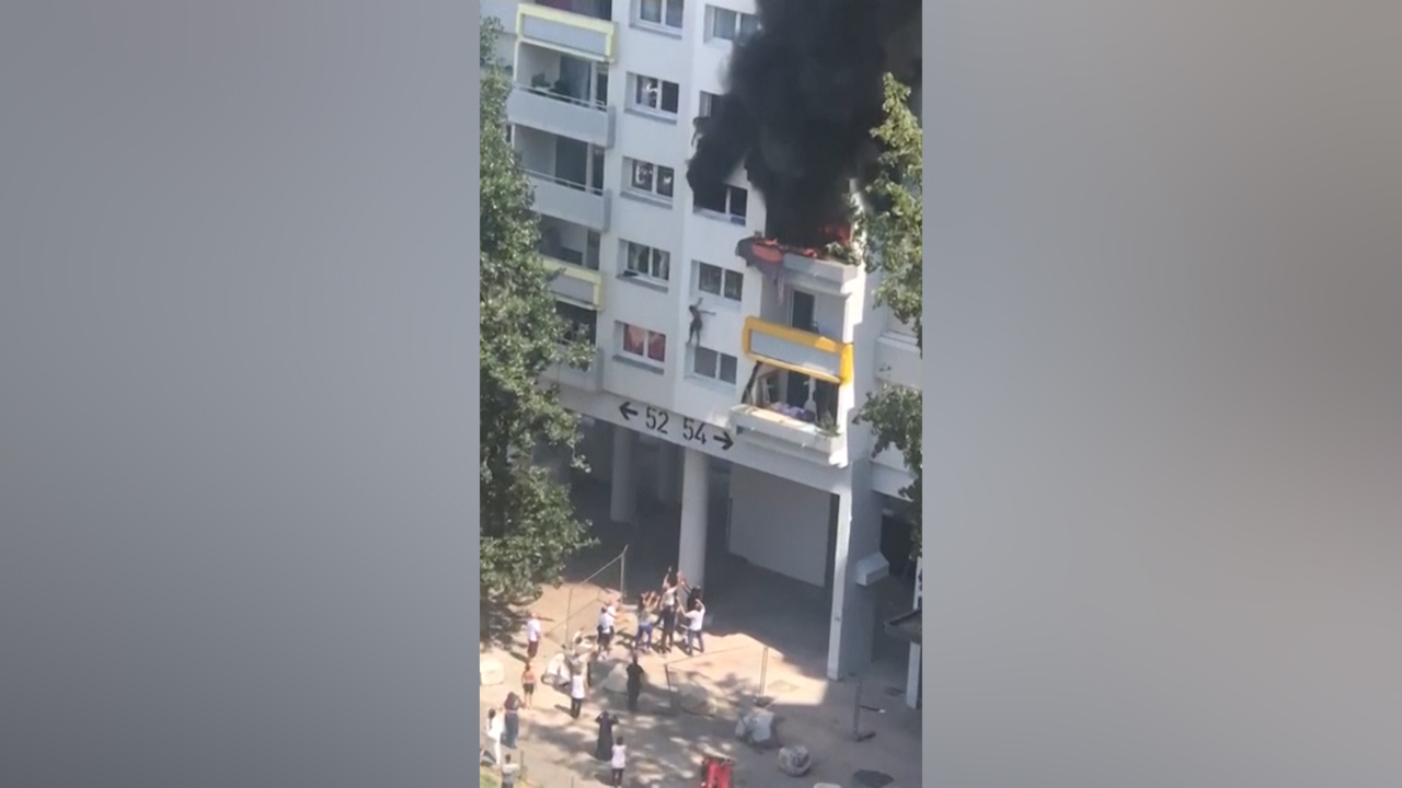 """Heart-stopping footage: French boys jump from apartment fire, caught by neighbours"""""""