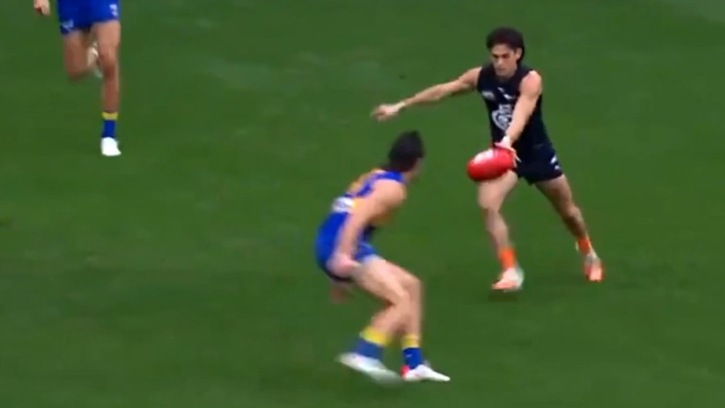 Eddie Betts sets up Zac Fisher for a Carlton goal