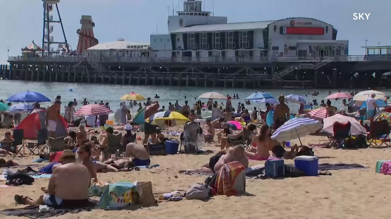 Britons flock to beaches in heatwave