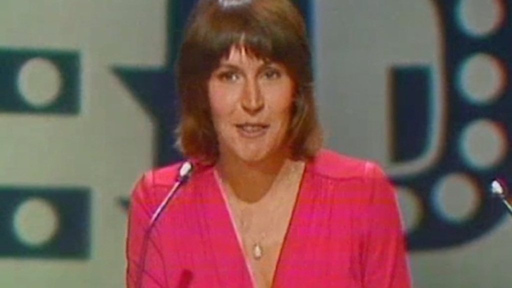 Helen Reddy wins a Grammy award for 'I Am Woman'