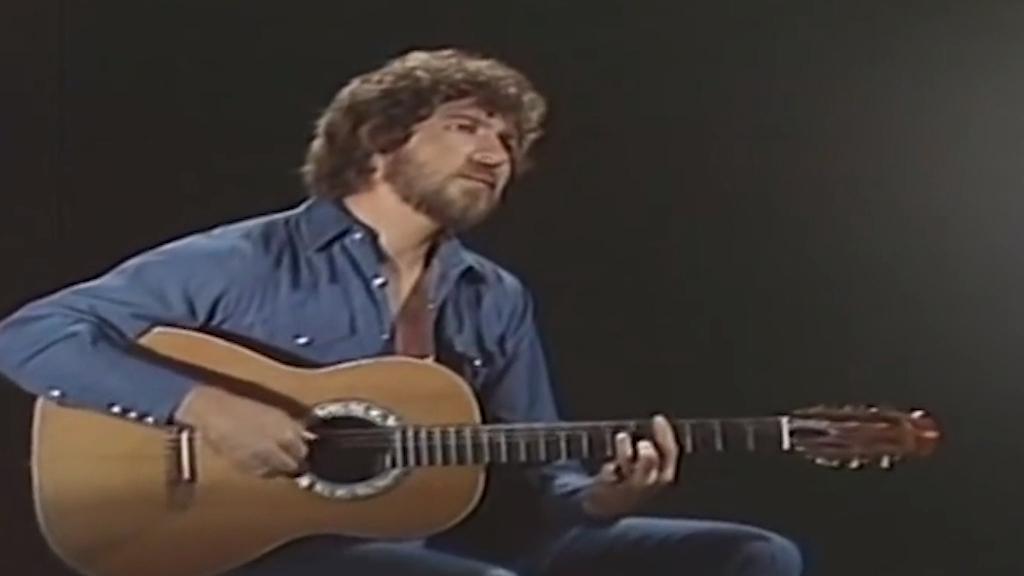 Mac Davis performs In The Ghetto in 1972