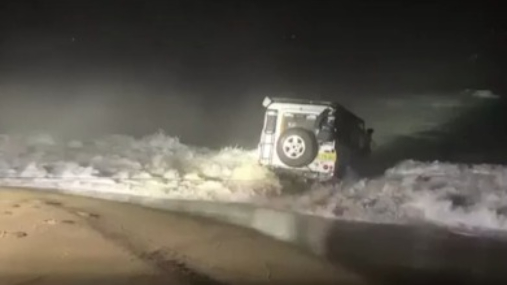 Amazing recovery of four wheel drive bogged on NSW beach