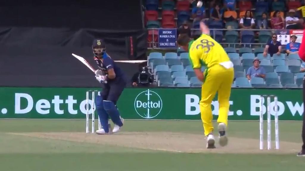 Australia rewarded for electing to review as Virat Kohli walks.