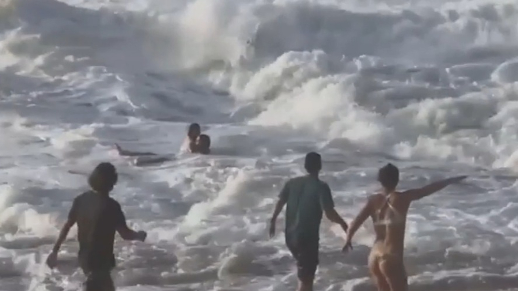 Pro-surfer saves stranger from drowning in Hawaii