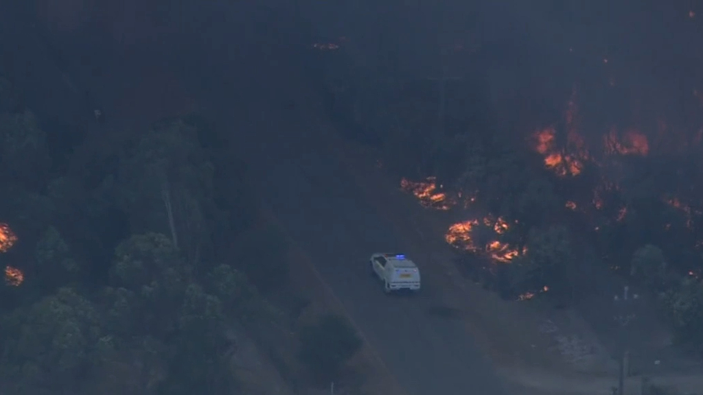 Bushfire threatens lives and homes in Perth's south-east