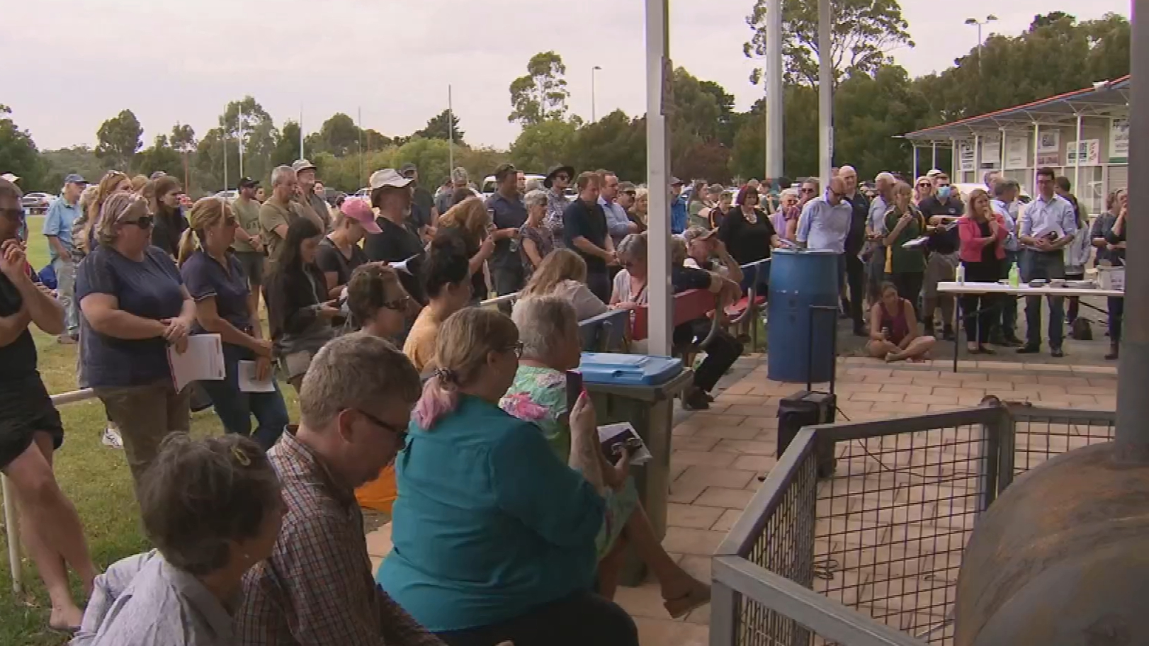 Adelaide Hills community rally together during fires