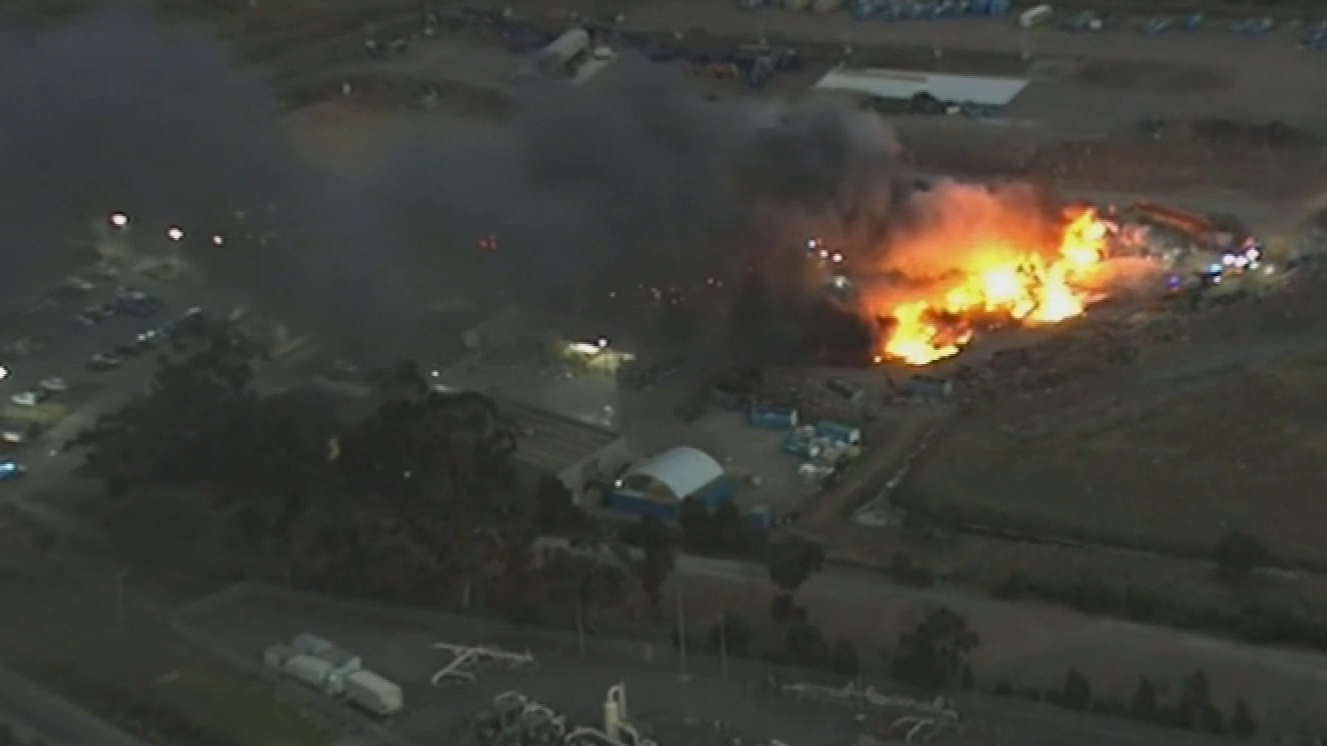 Tip fire puts 17 suburbs on alert in Melbourne