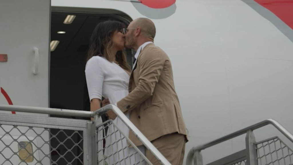 Ex wedding planner stuns Virgin Australia passengers with flash wedding in the sky