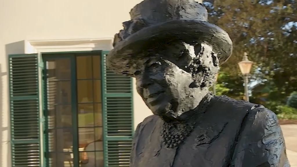Queen Elizabeth unveils statue in South Australia during video call