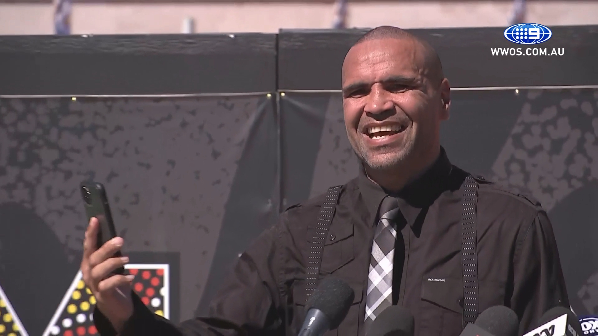 Kelly Slater calls Mundine during retirement press conference