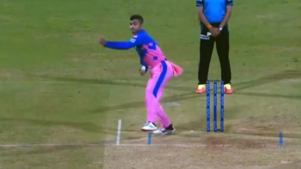 IPL teen bowls absurd side-arm delivery