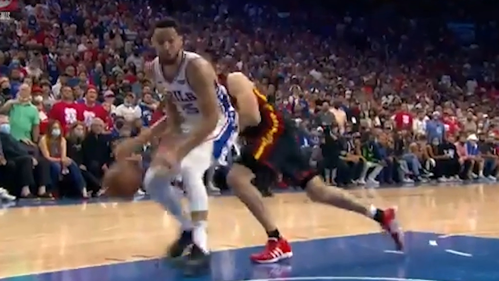 Simmons passes up easy dunk