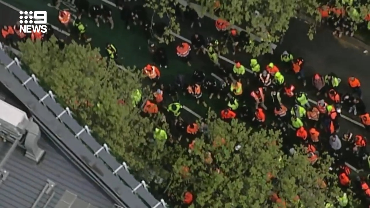 Constructions workers protest outside Melbourne CFMEU office