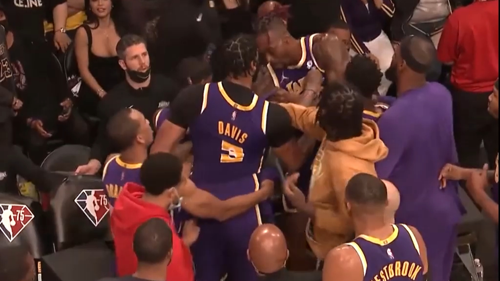 Lakers stars scuffle on the bench